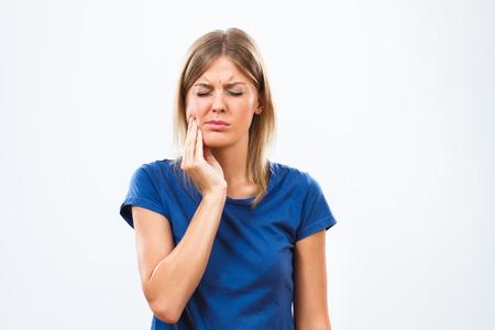 dolor de muela: La mujer joven est� teniendo dolor de muelas. Foto de archivo