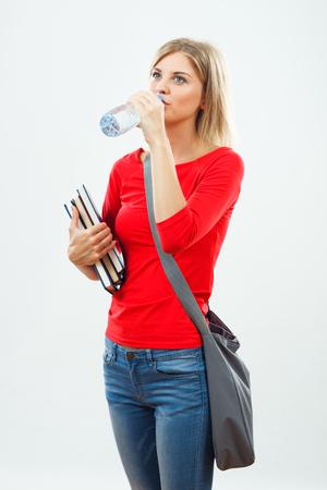 美しい女子学生は水を飲む。