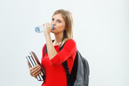 tomando agua:
