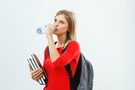 tomando agua: Hermosa estudiante es el agua potable.