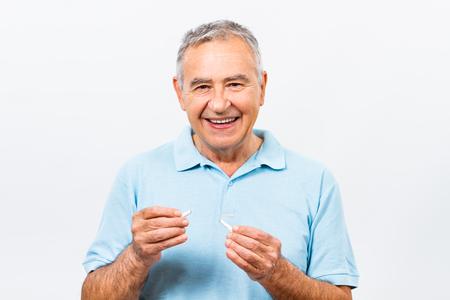 personas mirando: Hombre mayor que ha decidido dejar de fumar.