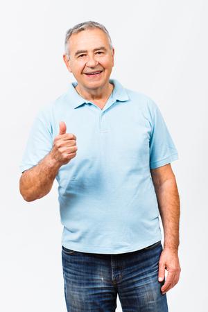 親指に現れる幸せの年配の男性の肖像画。