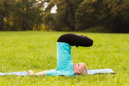 buena postura: Yoga-Lotus en shoulderstand advancedPadma Sarvangasana avanzada