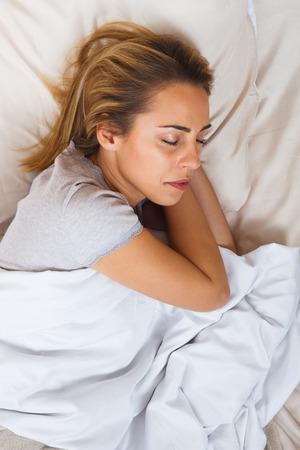 dia y noche: Beautiful  woman is sleeping in bed. Foto de archivo
