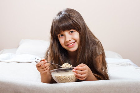 niños desayunando: desayuno saludable en la cama