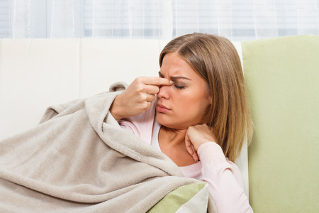 femme blonde: Sinusite