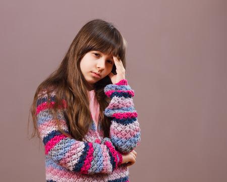 petite fille triste: Petite fille est d'avoir des maux de t�te et elle est tr�s triste.