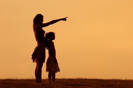 母と娘は、自然に一緒に過ごす時間をお楽しみください。 写真素材