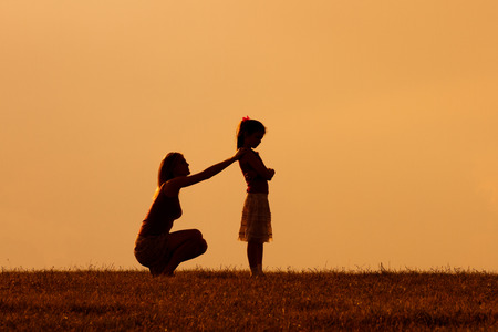 Madre e hija tenían un conflicto y ahora madre consolando a su hija enojado.