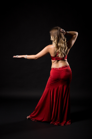 Belle danseuse de ballet danse de la danse sur fond noir Banque d'images - 87402680