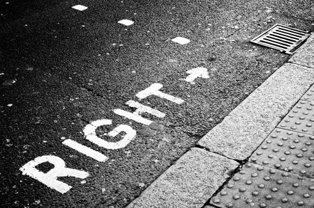 passage pi�ton: Signal de droite sur la route Banque d'images