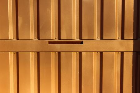 puerta de metal: En marr�n claro metal puerta estrecha abertura para el puesto