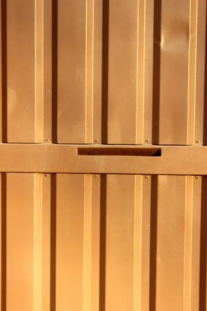 puerta de metal: Puerta met�lica de color marr�n claro en el que se recibe el agujero de correo Foto de archivo