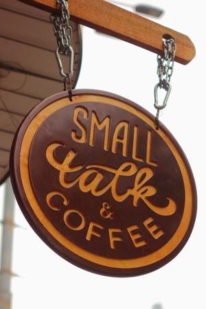 cansancio: cadenas de hierro que cuelgan en una placa de madera peque�a charla de caf� Foto de archivo
