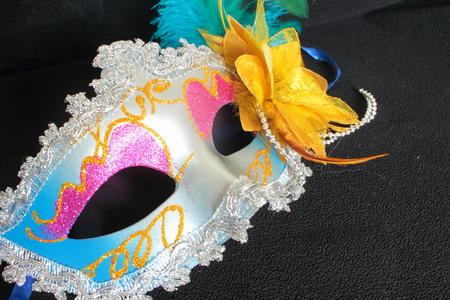 mascara de teatro: máscara de la mascarada con adornos sobre un fondo negro Foto de archivo