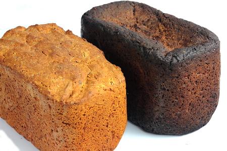 quemado: pan recién horneado y soplado en un fondo blanco aislado