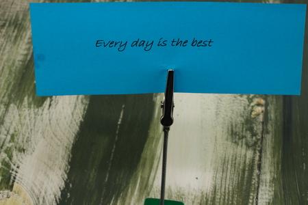 oracion: en una hoja de color azul positivo sobre la cadena perpetua