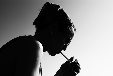 fille fumeuse: Silhouette d'une jeune fille en smoking noir et blanc