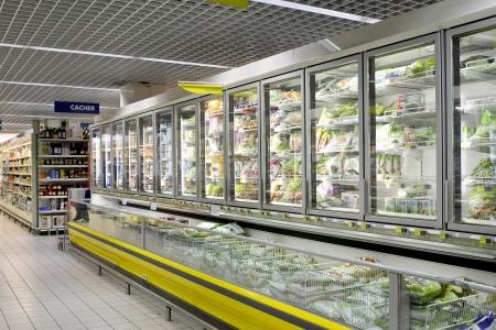 comida congelada: escaparate de supermercado