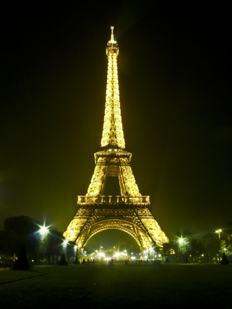 eiffel tower at night in paris, france 新聞圖片