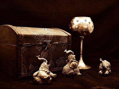 象、キャンドルと宝トランク セピア色のシーン