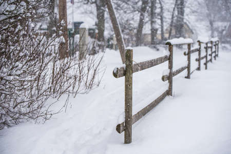 Wooden fence in the snow on winter country background 版權商用圖片