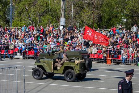 SAMARA - 9 DE MAYO: Desfile militar durante la celebración del día de la victoria en la gran guerra patriótica (Segunda Guerra Mundial) en la plaza el 9 de mayo de 2014 en Samara, Rusia.
