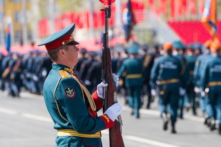 SAMARA - 5 de mayo: ensayo general del desfile militar durante la celebración del día de la victoria en la Gran Guerra Patria - soldados rusos marchando en la plaza el 5 de mayo de 2018 en Samara, Rusia Editorial