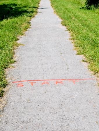 高めるオレンジ草間まっすぐ砂利道で行を開始します。 写真素材