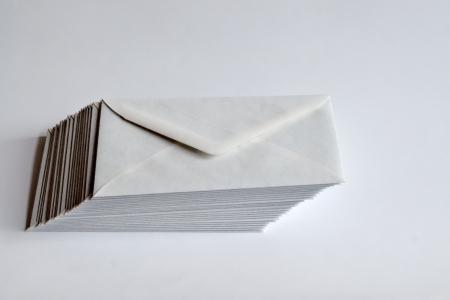 右側に白い背景に白い封筒スタック シフト