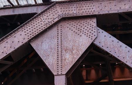 一緒に複数のリベット重い錆びた産業金属継手ベンド部で開催。