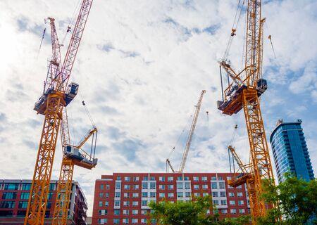 MONTREAL, CANADA - 17 GIUGNO 2018: Più gru sono installate in centro per un grande progetto di costruzione. Editoriali