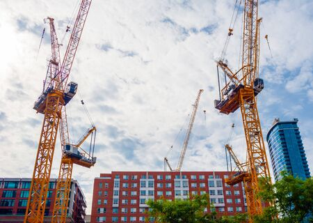 MONTREAL, CANADA - 17 JUNI, 2018: Meerdere kranen worden in het centrum opgesteld voor een groot bouwproject. Redactioneel