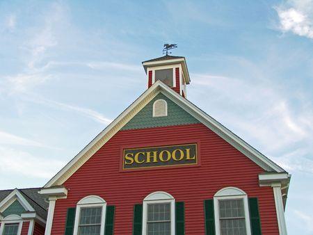casa colonial: Casa Colonial de Construcciones Escolares contra el cielo azul