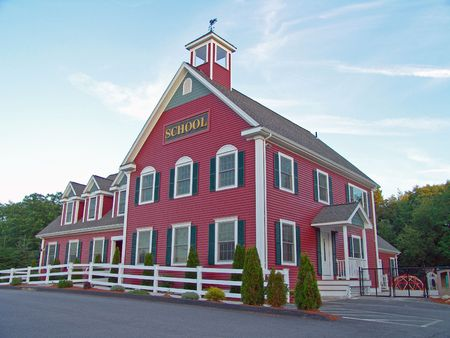 schulgeb�ude: Colonial House School Building Vor Blue Sky