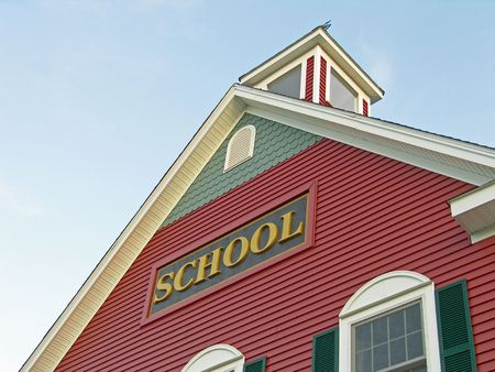 the school building: Casa colonial edificio de la escuela en contra de cielo azul Foto de archivo