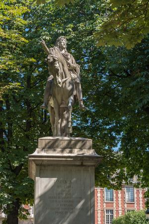 citytrip: Statue of Louis XIII on the Place des Vosges in Paris