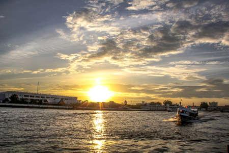 phraya: Puesta de sol en el r�o Chao Phraya Editorial