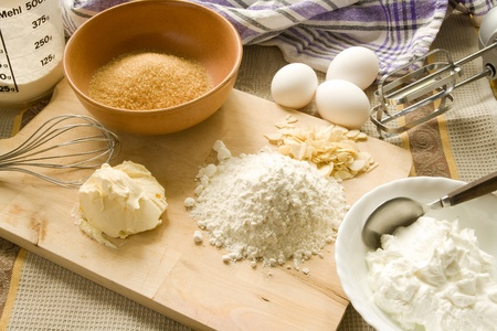 measuring spoons: Baking utensils and ingredients for baking a pie Stock Photo
