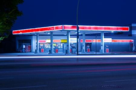 gasoline station: Distributore di benzina
