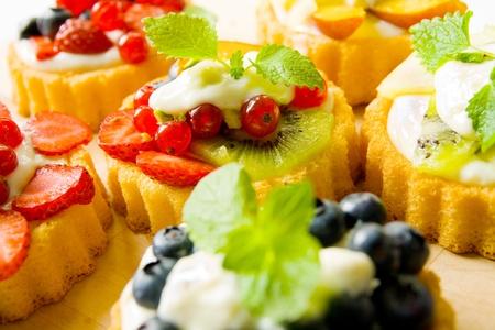 postres: Biscuit con tartas con leche y frutas Foto de archivo