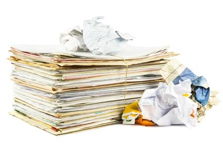 reciclaje de papel: Desperdicios de papel sobre un fondo blanco