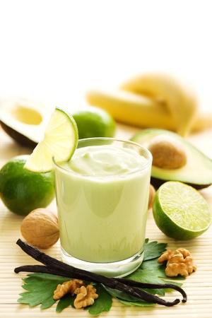 avocado: Avocado frullato con banane, yogurt e lime, bacche di vaniglia Archivio Fotografico