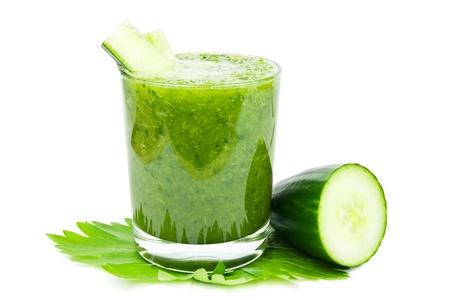 Frische grüne Gurke gesunden Smoothie auf weißem Hintergrund