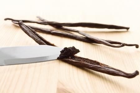 Vanilla Masse wird aus Vanilleschoten mit einem Messer geritzt