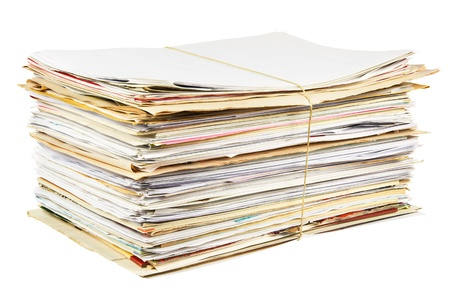 reciclaje papel: Pila de papel usado mezclado aislado en un fondo blanco