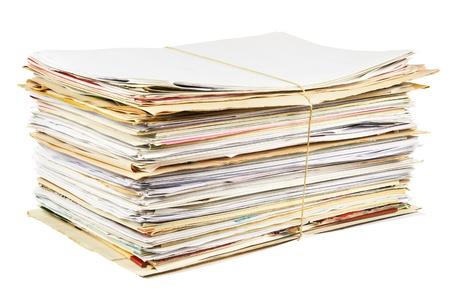 Stapel von gemischtem Altpapier auf einem weißen Hintergrund