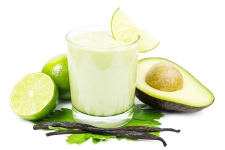 Frische süße Avocado-Smoothie mit Avocado, Limetten und Vanilleschoten auf weißem Hintergrund