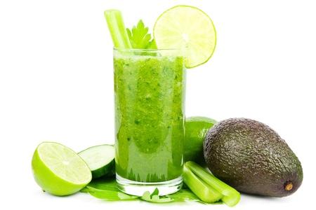 licuados de frutas: Smoothie sano vegetal verde con pepino, apio, aguacate y lima sobre blanco