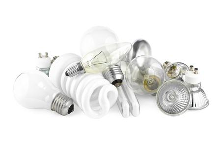 Mixed Haufen von Glühbirnen mit Glühlampen und Energie salving Lampen auf weiß Lizenzfreie Bilder